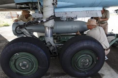 Nhân viên quân sữ Nga nạp vũ khí cho chiếc Sukhoi Su-34 tại căn cứ không quân Hmeymim gần TP Latakia - Syria. Ảnh: Reuters ------------ Xem thêm: Lính Nga 'xuất hiện' tại nhiều địa điểm ở Syria, http://vietbao.vn/The-gioi/Linh-Nga-xuat-hien-tai-nhieu-dia-diem-o-Syria/62033836/159/ Tin nhanh Việt Nam ra thế giới vietbao.vn