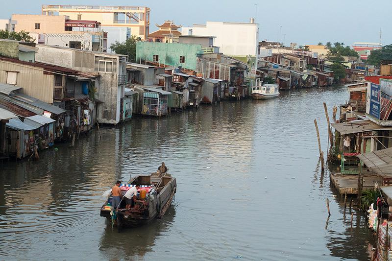 Theo kịch bản BĐKH của Việt Nam, nước biển dâng cao 1m có thể làm 39% diện tích ở ĐBSCL bị ngập, 35% dân số bị ảnh hưởng. Ảnh: Hoàng Hường