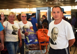 Các du khách Nga mặc áo in hình Tổng thống Nga Vladimir Putin, xếp hàng ở sân bay hôm 6/11/2015.