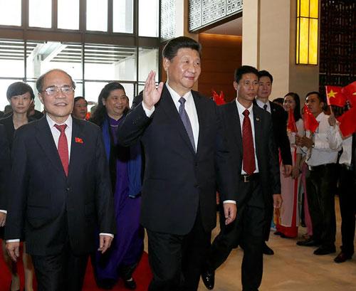 Chủ tịch Nguyễn Sinh Hùng đón Chủ tịch Trung Quốc Tập Cận Bình tại Quốc hội sáng 6/11. Ảnh: Giang Huy.