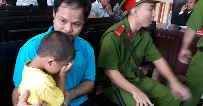 Hình ảnh ông Võ Văn Minh và con trai tại toà ngày 18/12. Ảnh: TTO