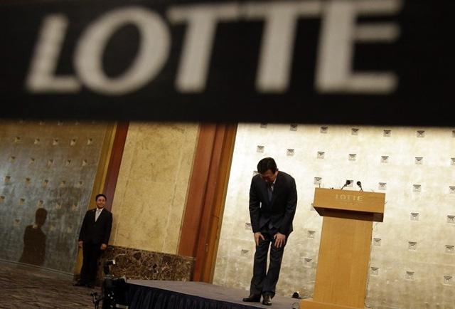 Shin Dong-bin cúi đầu xin lỗi trong cuộc họp báo, nhưng khẳng định quyết tâm sẽ ngồi lên chiếc ghế cao nhất của Lotte. Tuy nhiên, nhóm cổ đông Nhật lại quyết hạ bệ vị chủ tịch này. Ảnh: AP.
