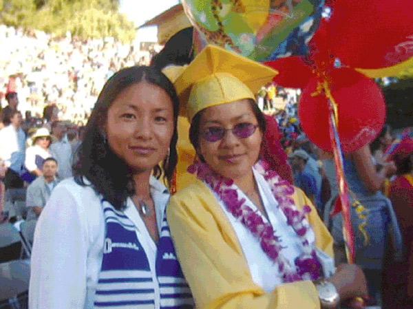 Hai mẹ con trong lễ tốt nghiệp trung học của Meggy