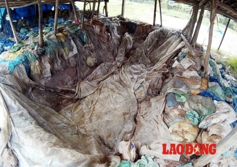 Để làm mứt, ô mai một số người dân thuộc địa bàn phường Đồng Mai (Hà Đông, Hà Nội) đào hố sâu khoảng 3-5m, rộng 2-3m, dựng vài cái cột gỗ để lợp vài tấm phibro xi măng che nắng, đậy mưa năm này qua năm khác.
