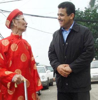 Đại sứ Saadi Salama trò chuyện với cụ ông người Việt - Ảnh: ĐSQ Palestine cung cấp