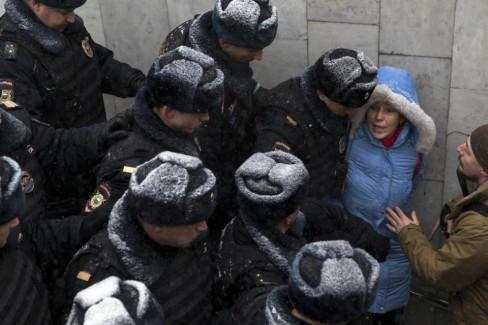 Cảnh sát chặn đường để ngăn chặn những người tham gia một cuộc biểu tình phản đối tại Quảng trường Pushkin ở Moscow, Nga, Thứ 7  ngày 12 Tháng 12, năm 2015. Theo báo cáo của cảnh sát hơn một chục người tham gia một cuộc biểu tình của phe đối lập nhân ngày Hiến pháp Nga đã bị bắt giữ. Ngày 12-12 là ngày Hiến pháp Nga (AP Photo / Pavel Golovkin)