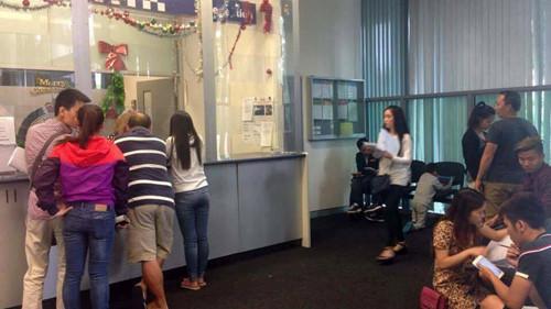 Nạn nhân đến trình báo vụ lừa đảo cho cảnh sát ở khu Bankstown (NSW) - Ảnh: Emily Trần