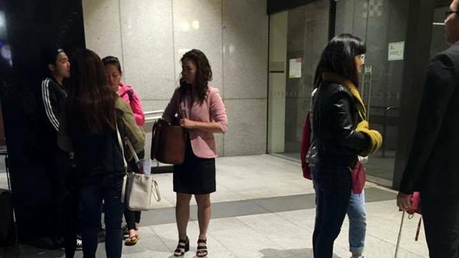 Các nạn nhân đến trình báo vụ lừa đảo của Vi Tran tại đồn cảnh sát ở khu Town Hall - Ảnh: CTV