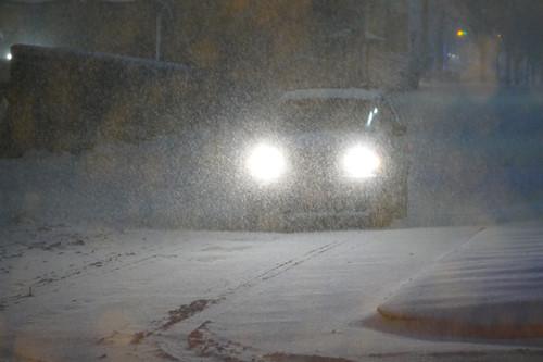 Điều tồi tệ nhất mà mọi người đều lo sợ là tuyết rơi dày kết hợp với gió mạnh tính đến 0 giờ đêm 23.1 vẫn chưa xảy ra. Ô tô vẫn có thể đi một cách thận trọng - Ảnh: An Phạm