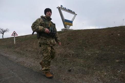 Một người lính Ukraina đang tuần tra ở vùng ngoại ô làng Pavlopil - Donetsk (AFP Photo / Aleksey Filippov)