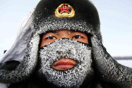 Một binh sĩ Trung Quốc canh gác gần biên giới Nga-Trung ở tỉnh Hắc Long Giang. Ảnh: Reuters