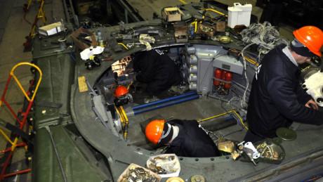 Về động cơ, Oplot-M được lắp đặt động cơ turbo tăng áp diesel V12 6TD-2E công suất 1.200 mã lực, giúp khối thép trọng lượng 51 tấn dễ dàng di chuyển. Khi chạy trên đường bằng xe đạt tốc độ 70 km/h và khi vượt địa hình là 45 km/h.