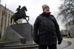 Ông Sergei Titov đứng bên ngoài trụ sở chính quyền vùng Krasnodar ở miền nam Nga. Ảnh: NYT
