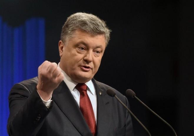 Tổng thống Ukraina Petro Poroshenko đang giơ nắm đấm thề sẽ cải cách đưa đất nước tiến lên nhưng hiện này chưa biết đi đến đâu