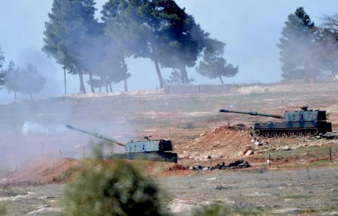 Xe tăng của Thổ Nhĩ Kỳ gần cửa khẩu Oncupinar, gần thị trấn Kilis đang pháo kích qua biên giới vào Syria ngày 16-2-2016 (AFP Photo / Bulent Kılıç)
