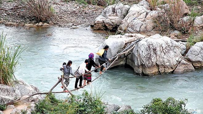 """Chiếc """"cầu"""" bằng hai sợi dây cáp mà dân bản Cu Pua đã dùng để vượt suối hơn 20 năm qua - Ảnh: Quốc Nam"""