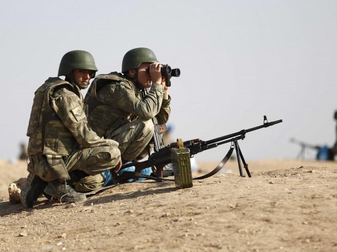 Lính Thổ Nhĩ Kỳ đang quan sát thị trấn Kobani của Syria gần biên giới Thổ Nhĩ Kỳ - Syria ngày 4-10-2014.