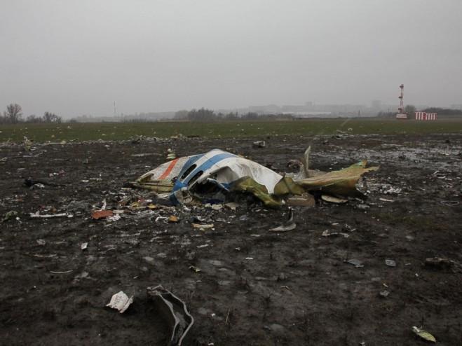 Các mảnh vỡ của chiếc Boeing 737 thuộc hãng hàng không giá rẻ Flydubai bị rơi trên đường băng của sân bay Rostov-on-Don, Nga, 19/3/2016. Ảnh do Bộ Tình trạng khẩn cấp Nga cung cấp.