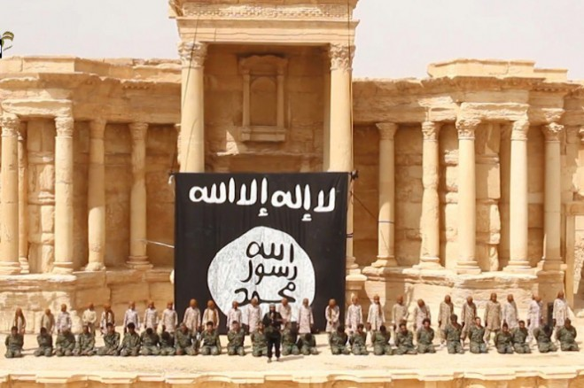 Chiến binh ISIS bắt binh sĩ Syria quỳ trước tiền sảnh ở Palmyra trong tháng 5/2015
