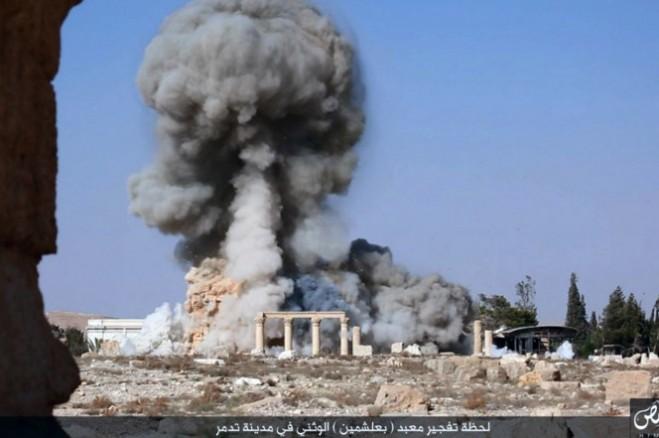 Một bức ảnh được phát hành vào ngày 25/8/2015 cho thấy ISIS cho nổ ngôi đền 2.000 năm tuổi Baalshamin trong thành phố cổ Palmyra.Photo: AP