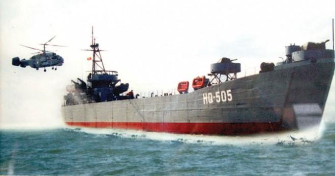 Tàu vận tải HQ-505 tham gia xây dựng, bảo vệ chủ quyền Trường Sa - Ảnh: Q.V. chụp lại tư liệu