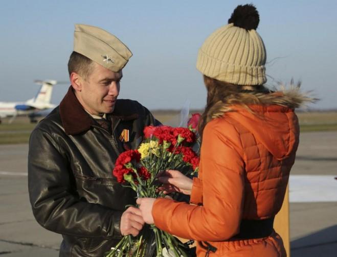 Một phụ nữ chào đón một phi công trở về từ Syria tại một căn cứ không quân Nga ở Primorsko-Akhtarsk, miền nam nước Nga sau hai ngày Tổng thống V.Putin tuyên bố rút một phần quân đội tại Syria về nước, Thứ 4 ngày 16-3-2016 Tháng 3 16, 2016.
