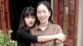 Hà Vi và mẹ trước ngày tai họa ập đến với em - Ảnh do gia đình Hà Vi cung cấp
