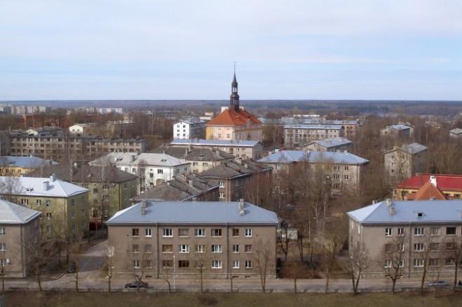 Tòa thị chính Navra, bao quanh bởi các khối căn hộ từ thời Liên Xô, là một trong số ít các tòa nhà đã được khôi phục lại sau chiến tranh thế giới II. (Hannu, Public Domain)