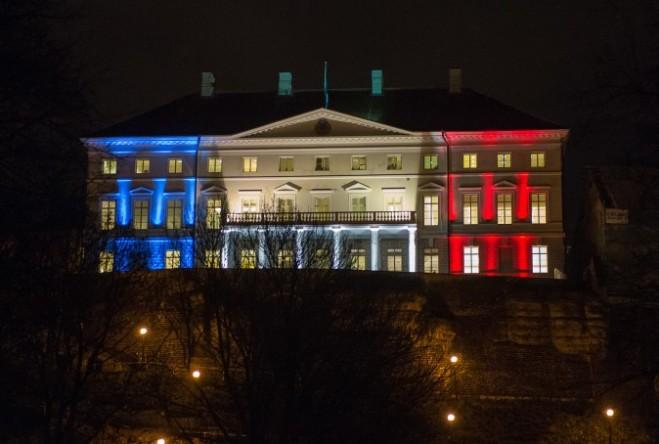 Tòa nhà chính phủ Estonia được chiếu sáng với những màu sắc của quốc kỳ Pháp ở Tallinn, ngày 14 tháng 11 năm 2015, một ngày sau các cuộc tấn công liều chết ở Paris. (Raigo Pajula / AFP / Getty Images)
