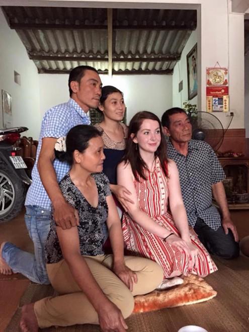 Michaella chụp ảnh chung với gia đình An