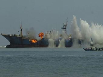 Indonesia đánh chìm một tàu cá nước ngoài đánh bắt trái phép trong vùng biển nước này - Ảnh: Reuters