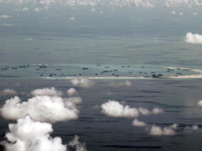 Ảnh chụp từ máy bay quân sự của Philippine cho thấy Trung Quốc đang xây đảo nhân tạo tại bãi Đá Vành Khăn ngày 11/5/2015