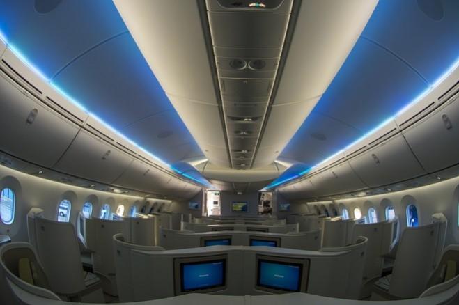 Hệ thống chiếu sáng sử dụng công nghệ đèn LED. Độ ẩm và áp suất trong cabin được giữ tương đương với áp suất ở độ cao 1,8 km (2,4 km đối với các thế hệ tàu bay khác) giảm mệt mỏi cho các hành khách trong quá trình bay.