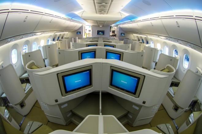 Tiện ích khoang hạng thương gia được tích hợp màn hình giải trí chuẩn HD 15,4 inch, rộng hơn Boeing 777 tới 5 inch.