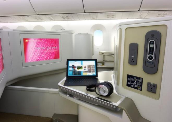 Hạng thương gia được trang bị thêm tủ bar cá nhân, tai nghe chống ồn, cổng sạc USB và ổ cắm điện 110V.