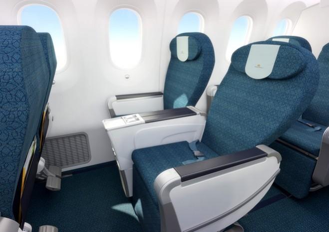 Các ghế ngồi hạng phổ thông đặc biệt có độ giãn cách 106,6cm, tạo không gian sử dụng rộng rãi hơn so với các tàu bay khác. Tiện nghi cá nhân tại ghế cũng được trang bị màn hình LCD 10,6 inch HD, cổng sạc USB, ổ cắm điện 110V.