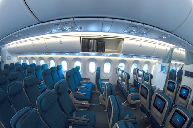 Các ngăn chứa hành lý xách tay được thiết kế rộng rãi hơn, tự động mở ra khi ấn nút.  Vietnam Airlines là hãng hàng không đầu tiên ở khu vực châu Á - Thái Bình Dương cùng lúc khai thác hai loại tàu bay hiện đại thế hệ mới của thế giới là Boeing 787-9 và Airbus A350-900 XWB.