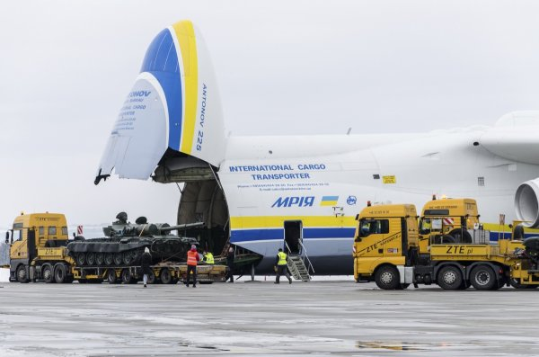 Hàng đang được xếp lên máy bay tại sân bay Leos Janacek Airport-  Mošnov, gần Ostrava 26/1/2015 (File ảnh)