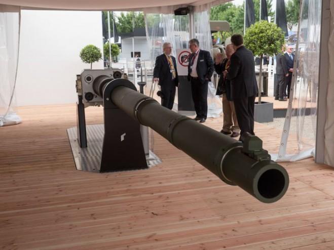 Trọng lượng của 130mm Rheinmetall L51 khoảng 3 tấn, trong đó nòng pháo đã nặng 1,4 tấn chưa có đầu giảm giật