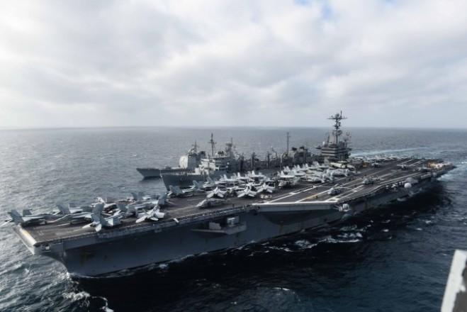 Tàu sân bay USS John C. Stennis (CVN 74) tham gia vào một cuộc bổ sung [nhiên liệu, vũ khí, hàng hóa] trên biển với tàu hỗ trợ chiến đấu nhanh USNS Rainier (T-AOE 7) và tàu tuần dương trangbị tên lửa dẫn đường USS Mobile Bay (CG 53) vào ngày 4 tháng 3 năm 2016. Tàu tuần dương Mobile Bay đang tiếp nhận một hỗn hợp nhiên liệu sinh học tiên tiến từ tàu tiếptế Rainier. Là một bộ phận của Hạm đội 7/Hạm đội xanh khi triển khai hoạt động thường xuyên, Tàu sân bay Stennis đang hoạt động, cung cấp một lực lượng sẵn sàng hỗ trợ cho an ninh và ổn định ở khu vực Indo-Châu Á-Thái Bình Dương (Chuyên gia truyền thông đại chúng/Hải quân Mỹ lớp thứ hai Andrew P. Holmes)