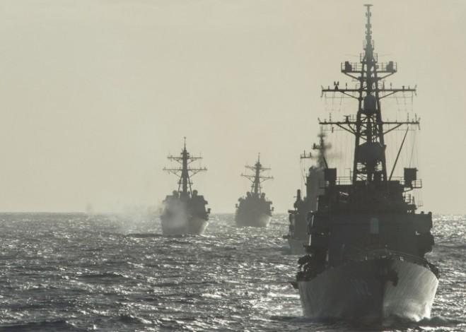 Các tàu chiến của Hải quân Mỹ và Lực lượng Phòng vệ Biển Nhật Bản đang lập đội hình khi tập bắn đạn pháo gần đảo Guam trong cuộc tập trận chung Multi Sail vào ngày 9 tháng 3 năm 2016. Multi Sail là một cuộc tập trận song phương nhằm nâng cao khả năng tương tác giữa các lực lượng Mỹ và Nhật Bản. (Chuyên gia truyền thông đại chúng/Hải quân Mỹ lớp thứ ba Eric Coffer)