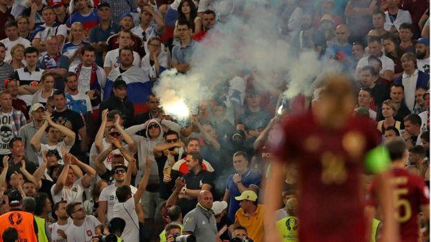 Một số cổ động viên Nga đã lén mang pháo sáng vào sân và đã đốt ăn mừng sau gần cuối trận đấu giữa hai đội bóng Anh - Nga
