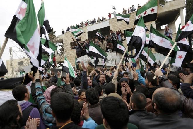 Những người biểu tình mang theo cờ Quân đội Syria tự do và những khẩu hiệu trong một cuộc biểu tình chống chính phủ tại thị trấn Marat Numan ở tỉnh Idlib, Syria, vào ngày 04/03/2016.