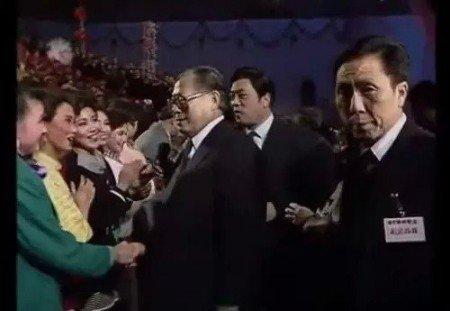 """Đêm Xuân"""" năm 1990, Tống Tổ Anh (mặc áo xanh) được Giang Trạch Dân """"để mắt đến""""."""