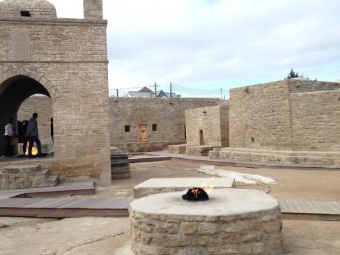 Thăm đền thần lửa - di tích của Azerbaijan (cách Baku 40 km, là một điểm dừng chân của con đường tơ lụa.