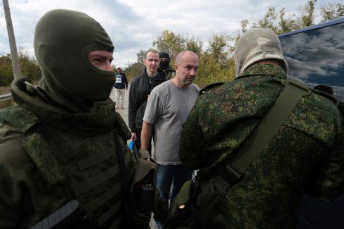 Phiến quân ủng hộ Nga đang tham gia vào cuộc trao đổi tù nhân gần thành phố miền đông Schastya - Ukraine vào ngày 17. (Alexey Filippov / AFP / Getty Images)