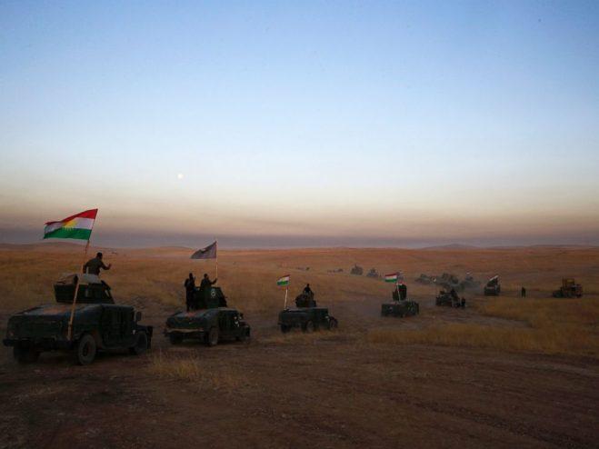 Một đoàn xe của lực lượng Peshmerga (lực lượng vũ trang người Kurd) đang tiến đến một chiến tuyến trong Khazer, phía đông của thành phố Mosul, Iraq