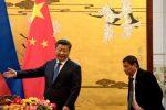 Tổng thống Philippines Rodrigo Duterte đang được Chủ tịch Trung Quốc Tập Cận Bình mời vào sảnh trước một buổi lễ ký kết ngày 20 tháng 10 năm 2016 tại Bắc Kinh, Trung Quốc.