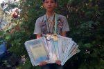 Maxim chụp ảnh cùng bằng khen và huy chương - thành tích học tập và thể thao của mình.