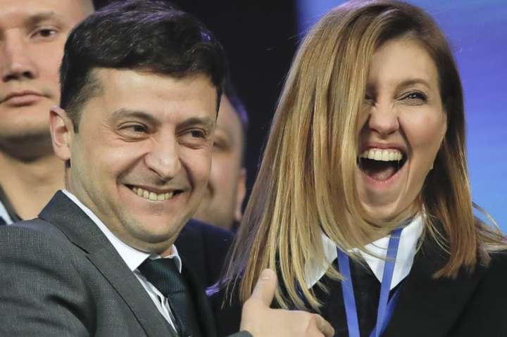 """Tổng thông Zelenski và lãnh đạo Đảng """"Người đầy tớ của dân"""" cùng vợ."""
